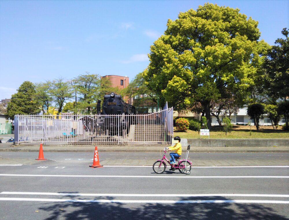 鹿沼児童公園の自転車に乗る子供