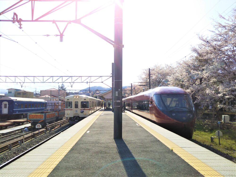 下吉田駅ホームから見える電車