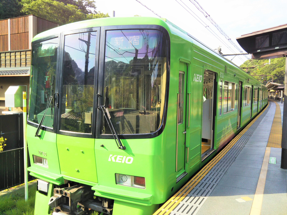 京王線の高尾山ラッピング電車