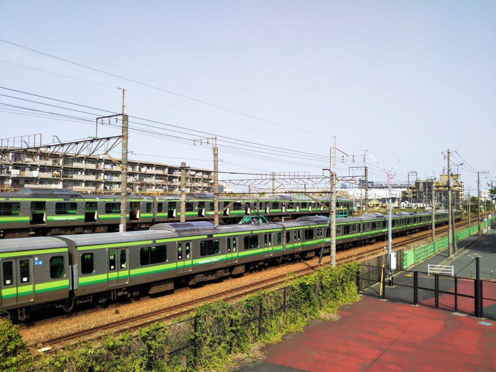 小山公園前跨線橋から見える横浜線の車両基地と電車