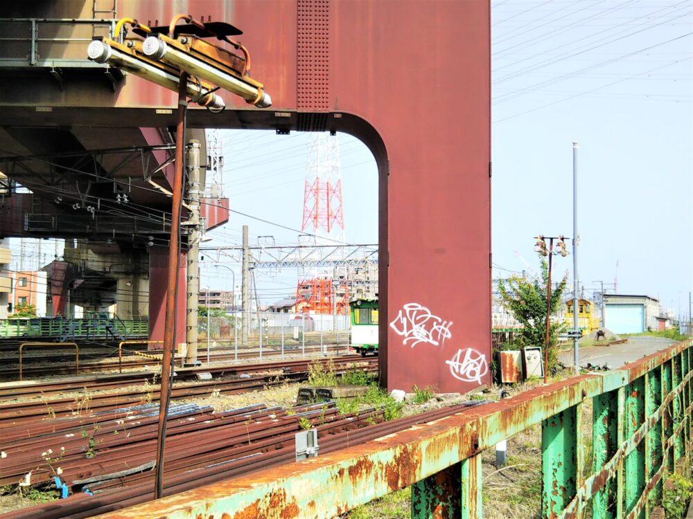 橋本駅で見えるJR東日本の作業車(後方)と線路の山