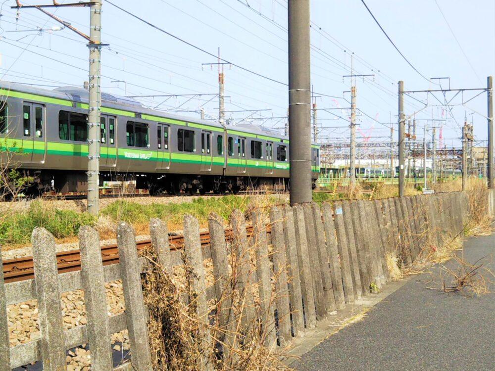 橋本駅周辺のJR沿線(横浜線が走行中)