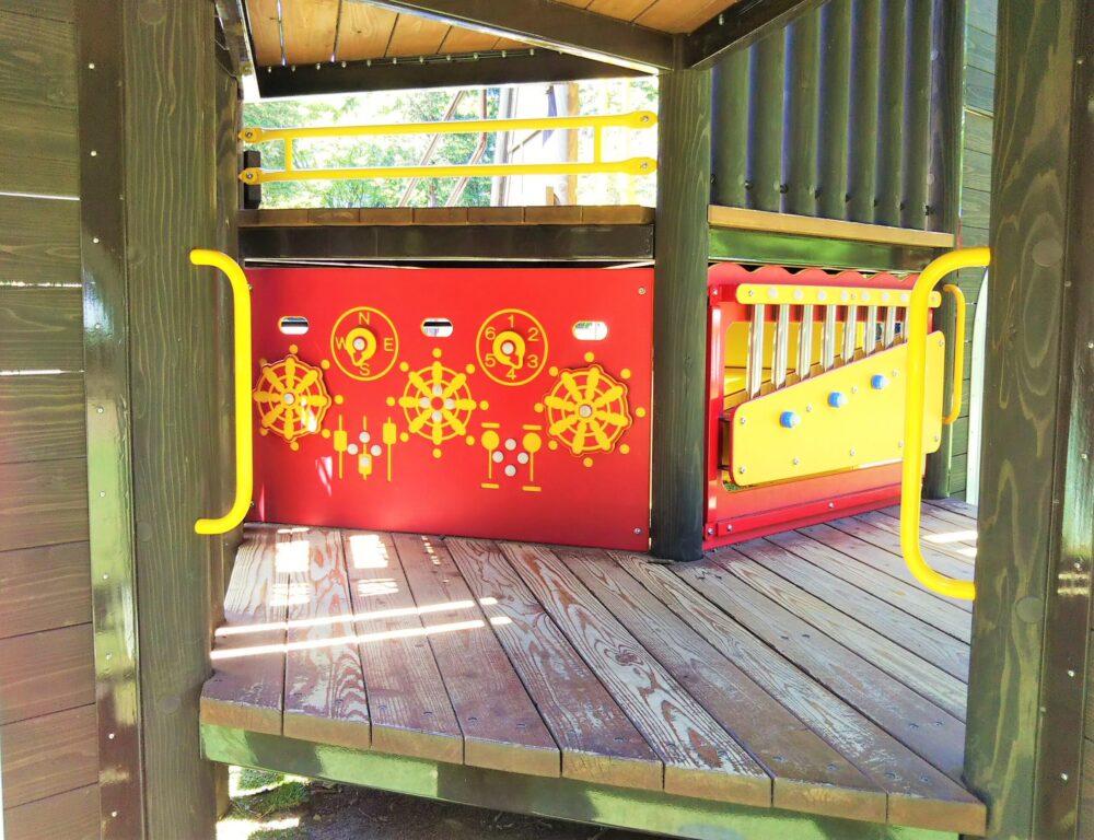 淵野辺公園の大型複合遊具|赤のコーナー舵取り場