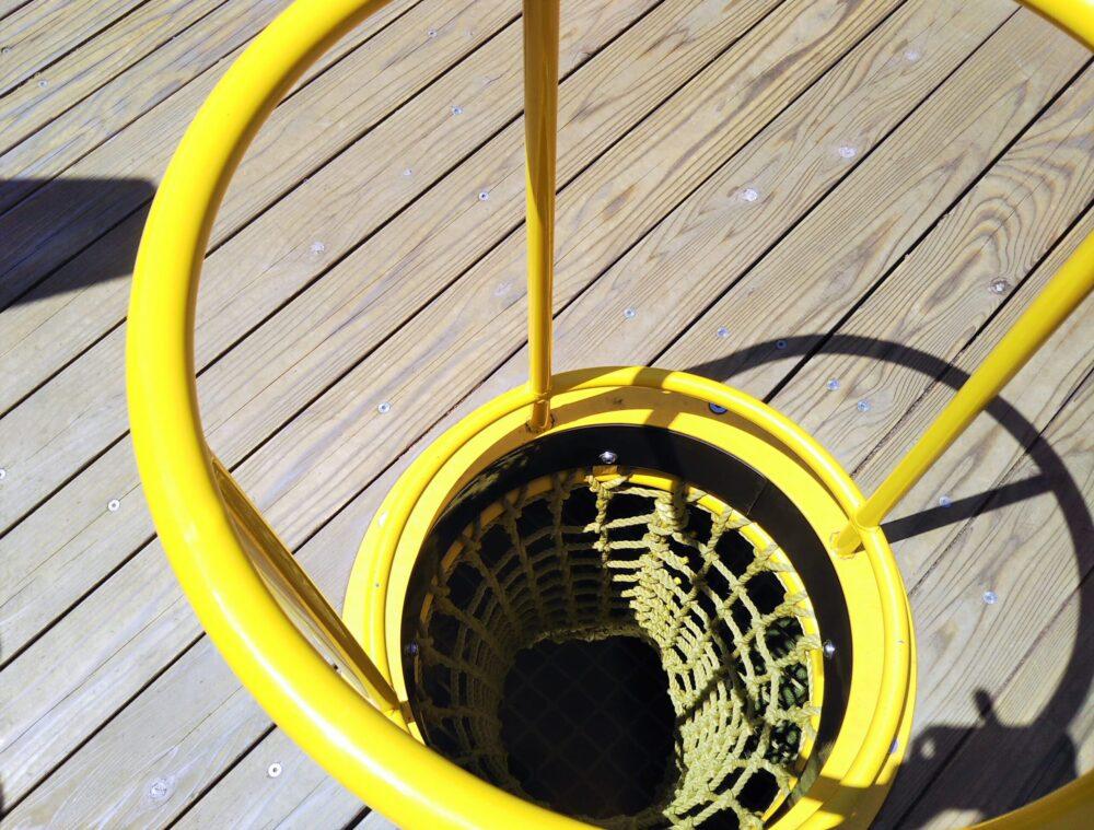 淵野辺公園の大型複合遊具|黄色のトンネルネット上