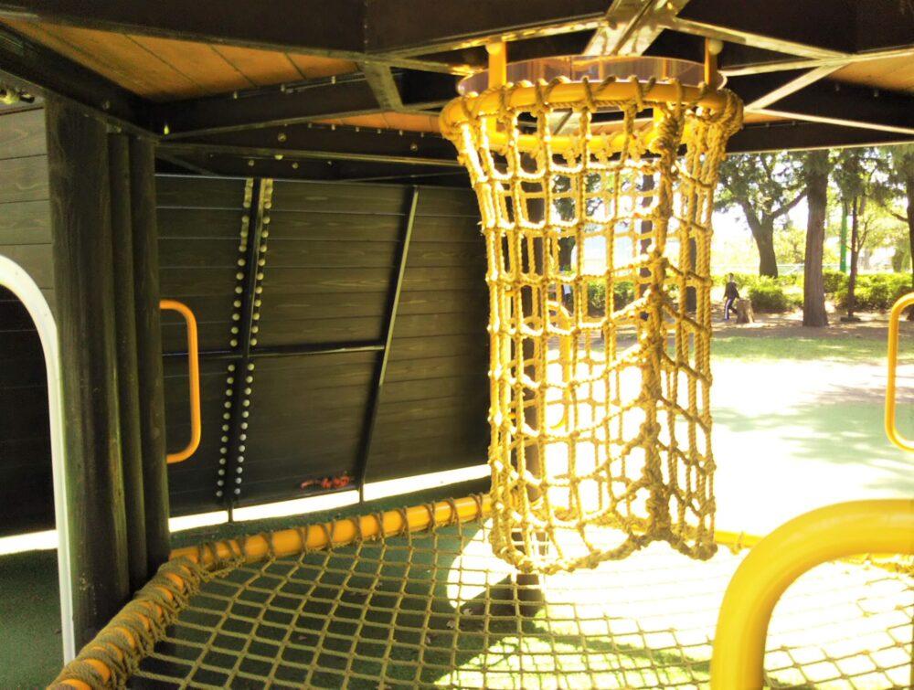 淵野辺公園の大型複合遊具|黄色のトンネルネット下