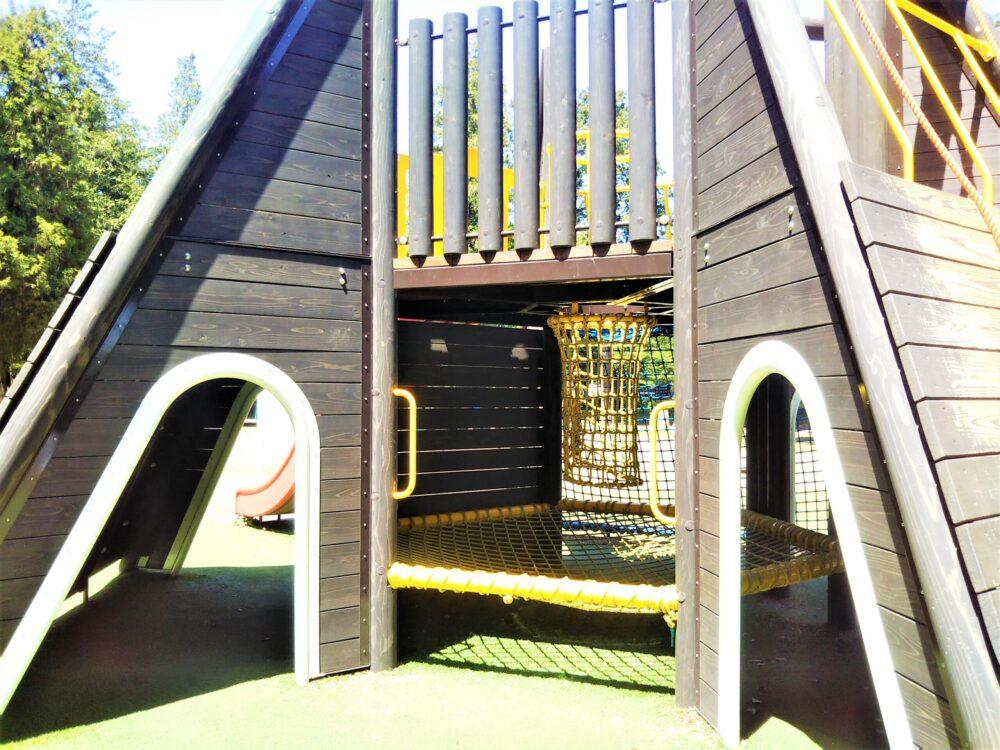 淵野辺公園の大型複合遊具|黄色のトンネルネット