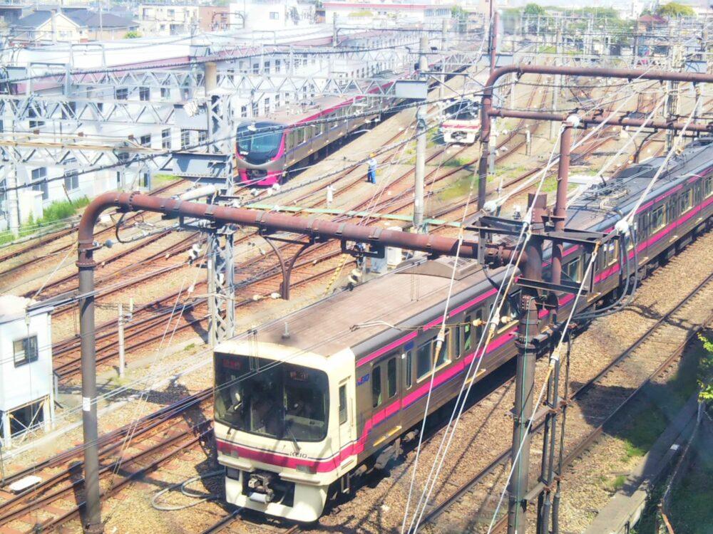 高幡不動駅にある京王線の車両基地
