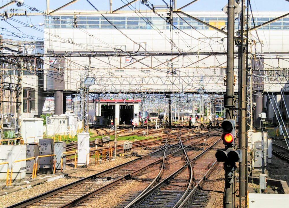 高幡不動駅ホームから見える車両基地