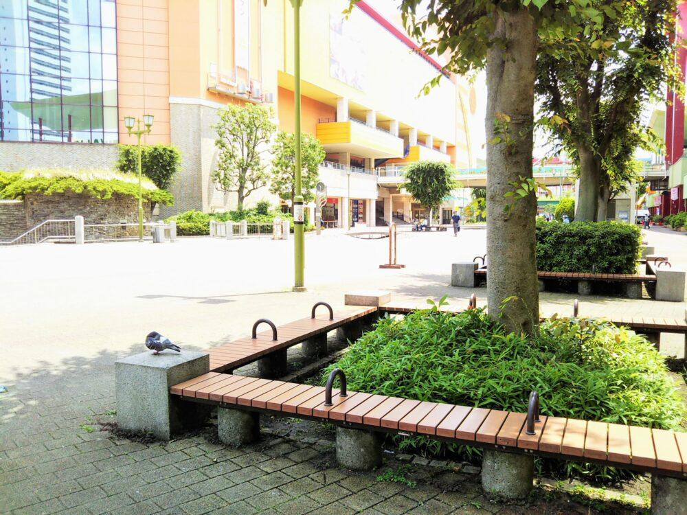 ビナウォークの広場にあるベンチ