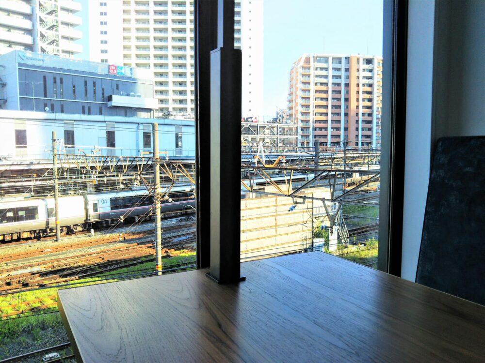ロマンスカーミュージアムのカフェ店内(ソファ席から見える海老名駅とロマンスカーEXEα)