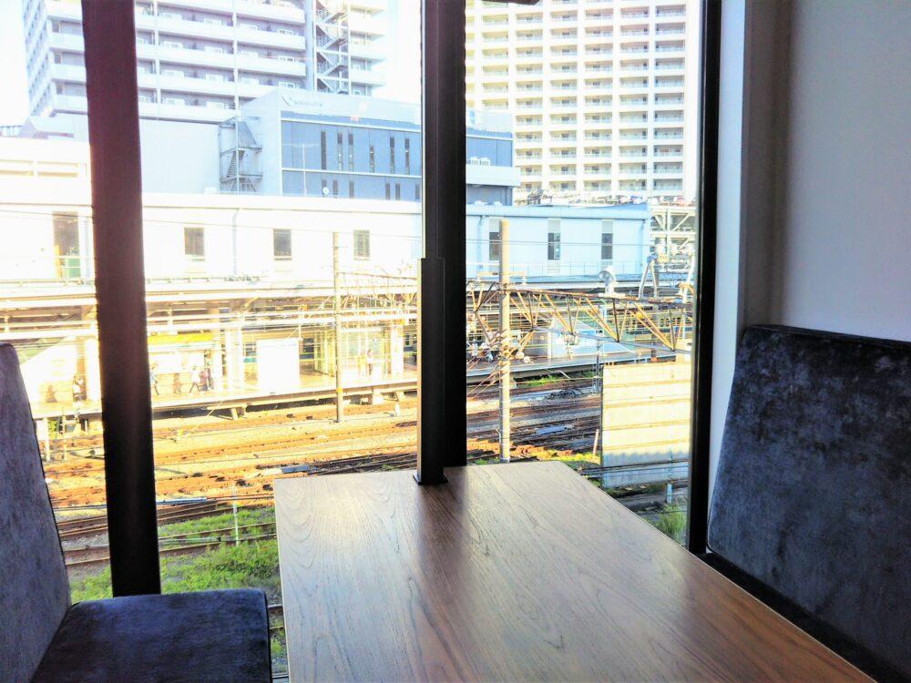 ロマンスカーミュージアムのカフェ店内(ソファ席から見える海老名駅)
