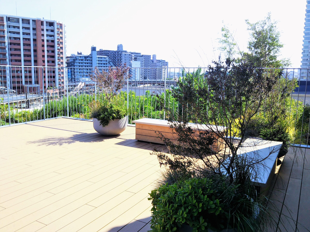 ロマンスカーミュージアムの屋上にあるベンチ