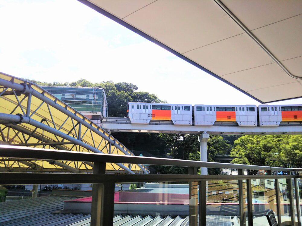 京王れーるランドから見える多摩モノレールと多摩センター駅