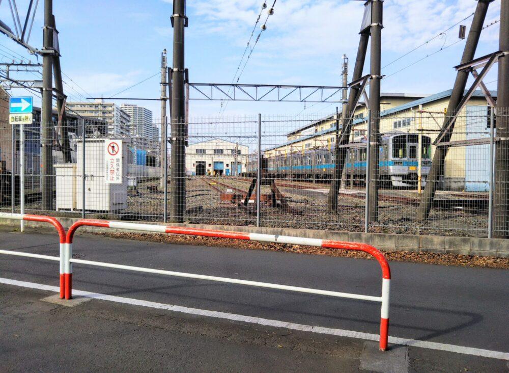 林間公園から見える小田急線の車両基地と入庫している車両