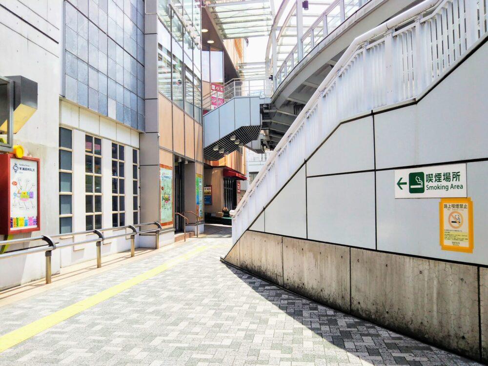 相鉄線の改札口から小田急線の改札口へ上がる階段(海老名駅)