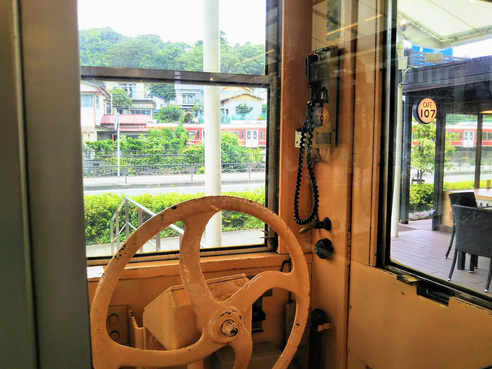 えれんなごっそカフェ|箱根登山鉄道の引退車両の車内から見える電車