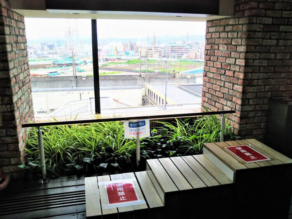 ミウィ橋本のインナーガーデンにあるベンチ