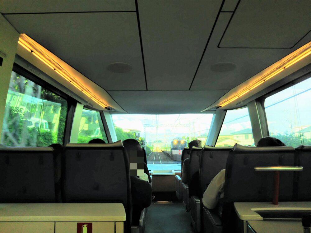 ロマンスカーGSEの一般席|通路側から見える対向車両