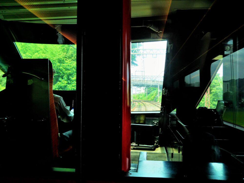 ロマンスカーMSE|先頭車両の座席から見える前方の景色(通路側座席)