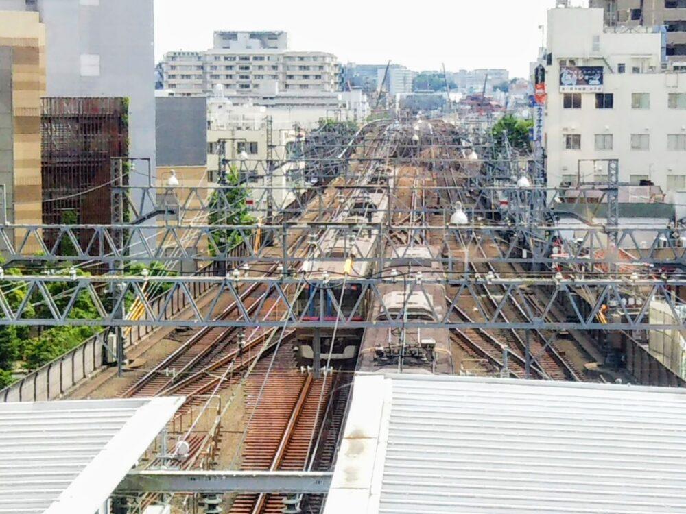 東急スクエア 展望デッキと武蔵小杉駅を行き来する電車