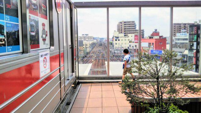 東急スクエア|展望デッキと線路を眺める子供