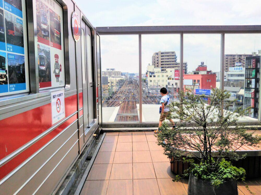 東急スクエア 展望デッキと線路を眺める子供