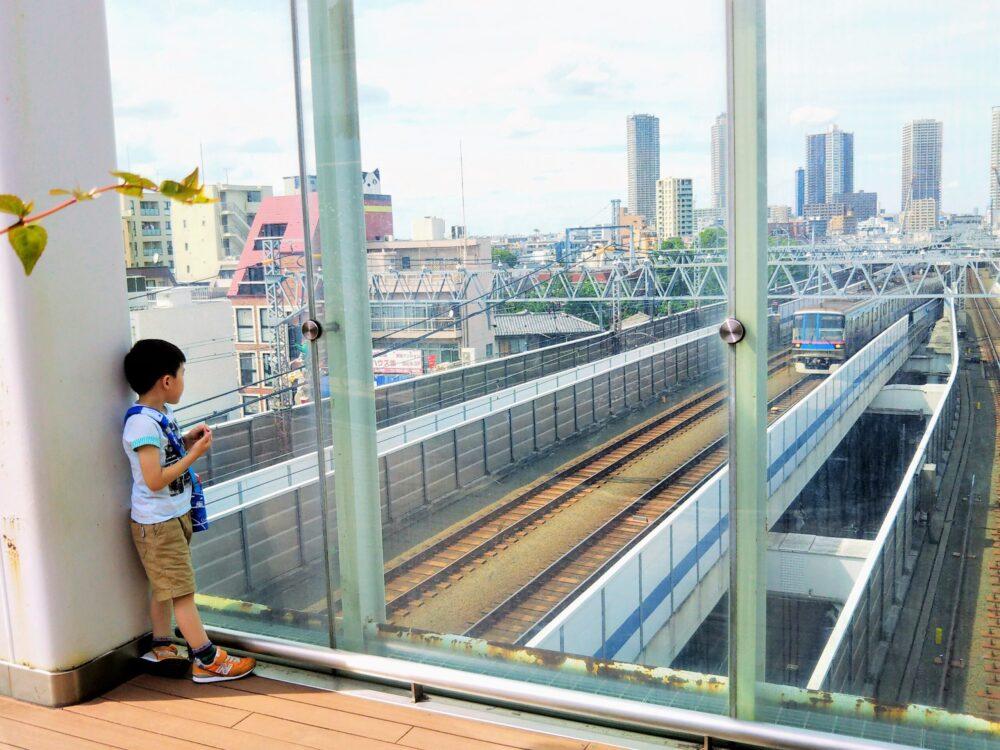 東急線の元住吉駅にある屋上庭園から見える電車