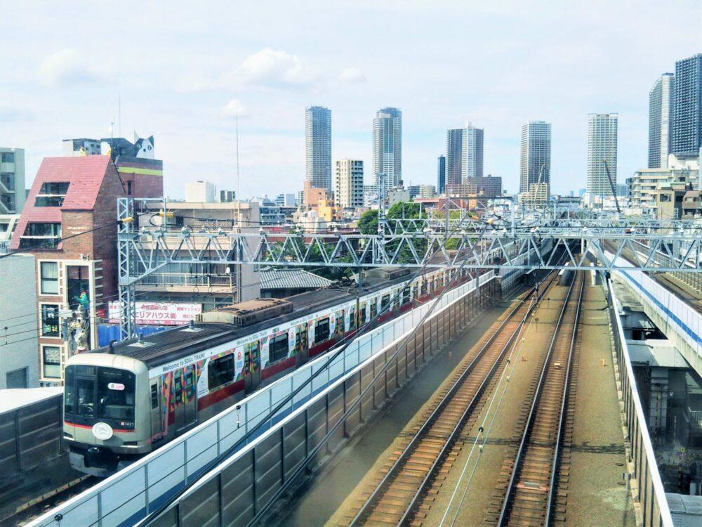 東急線の元住吉駅にある屋上庭園で見える東急ラッピング電車