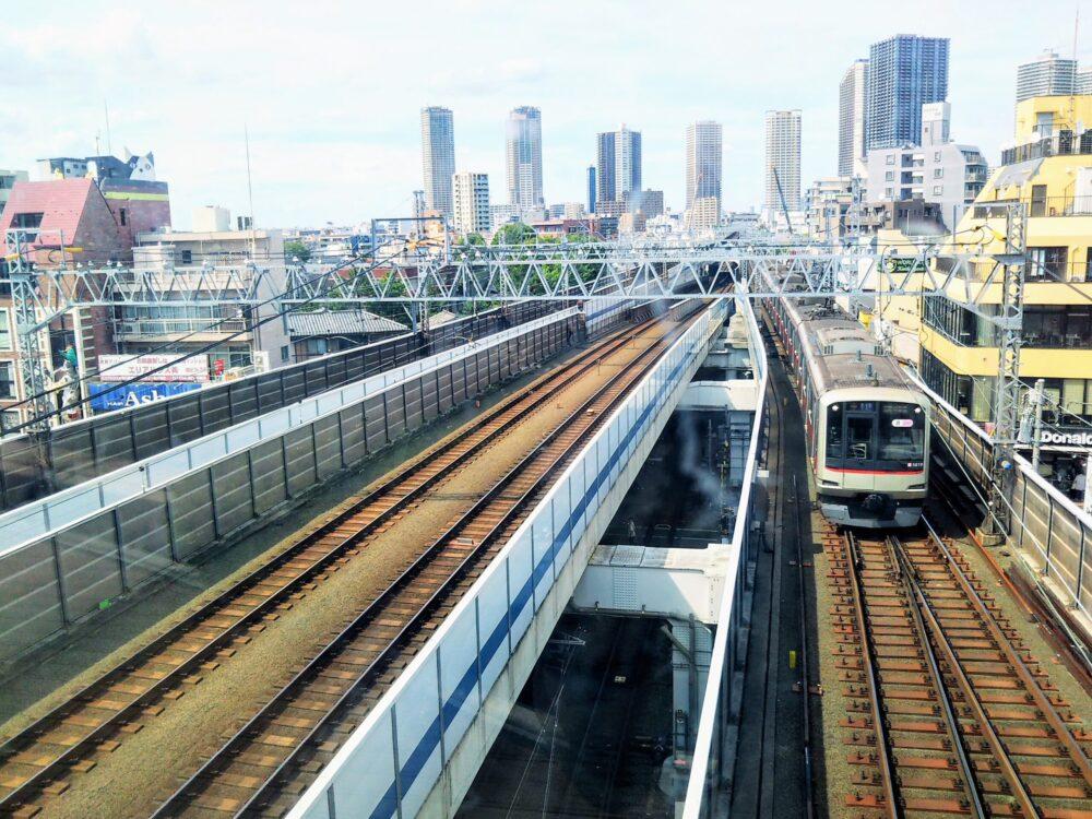 東急線の元住吉駅にある屋上庭園で見える東急東横線の電車