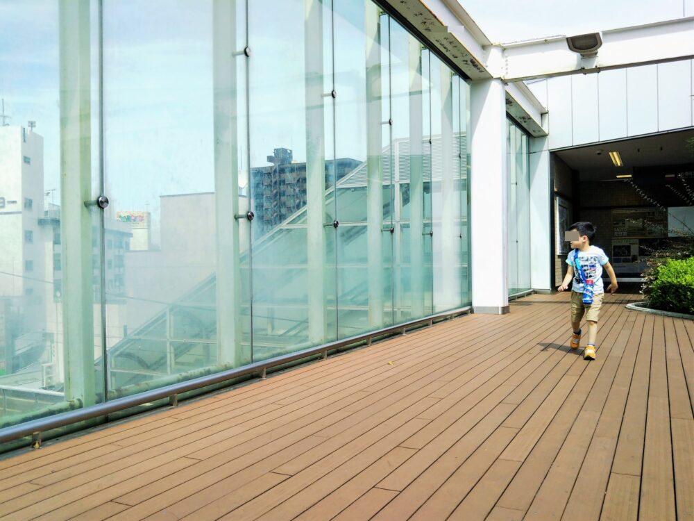 東急線の元住吉駅にある屋上庭園で電車を見る子供