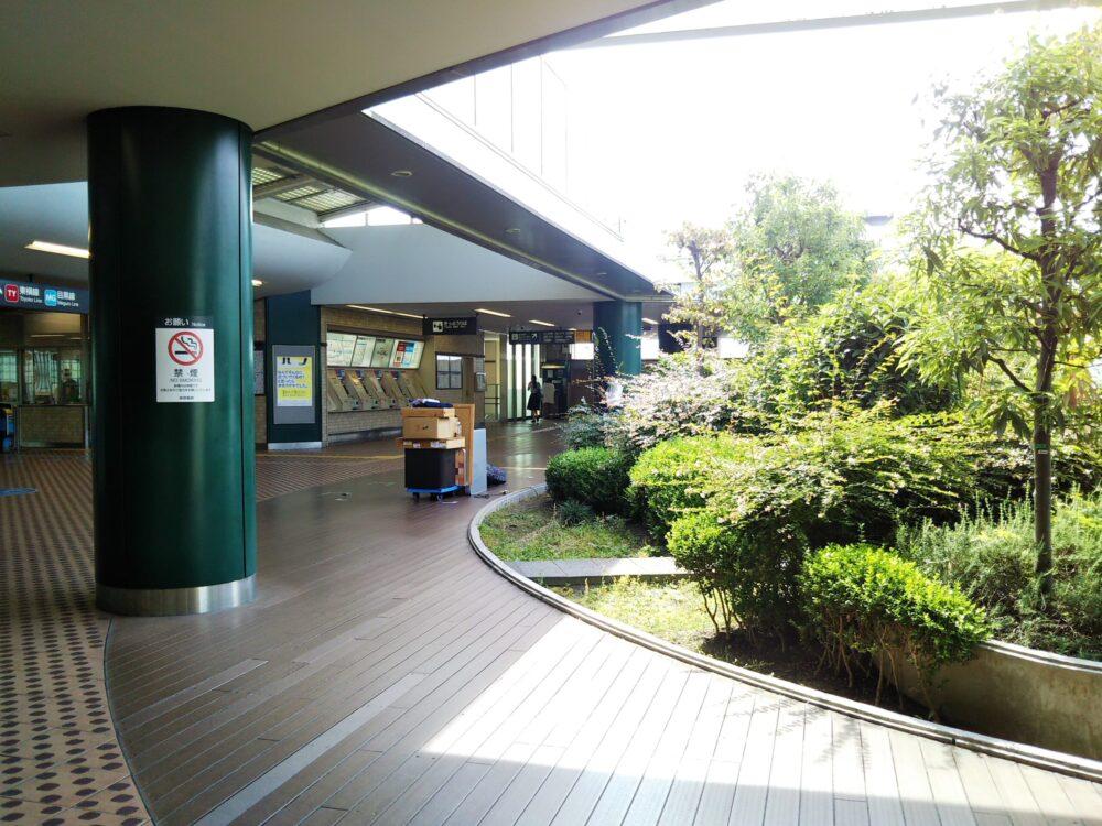 東急線の元住吉駅にある屋上庭園と駅改札