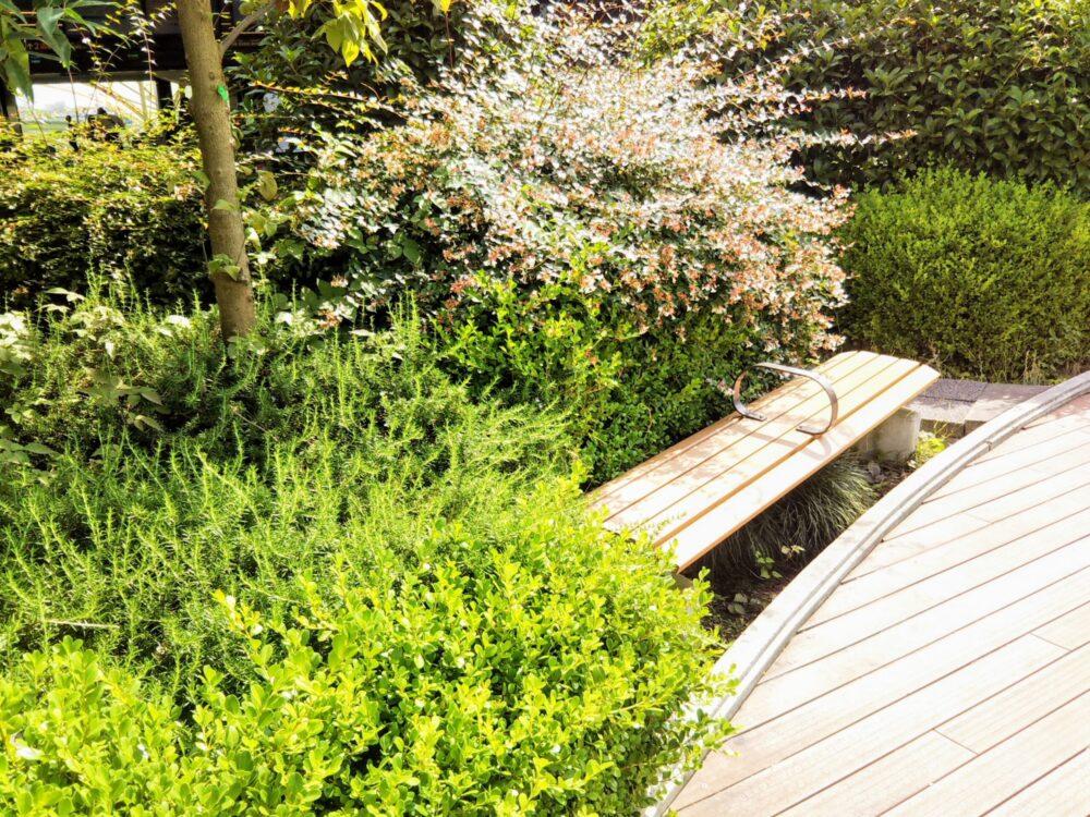 東急線の元住吉駅にある屋上庭園のベンチ