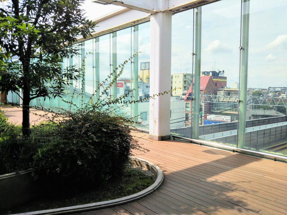東急線の元住吉駅にある屋上庭園の外観