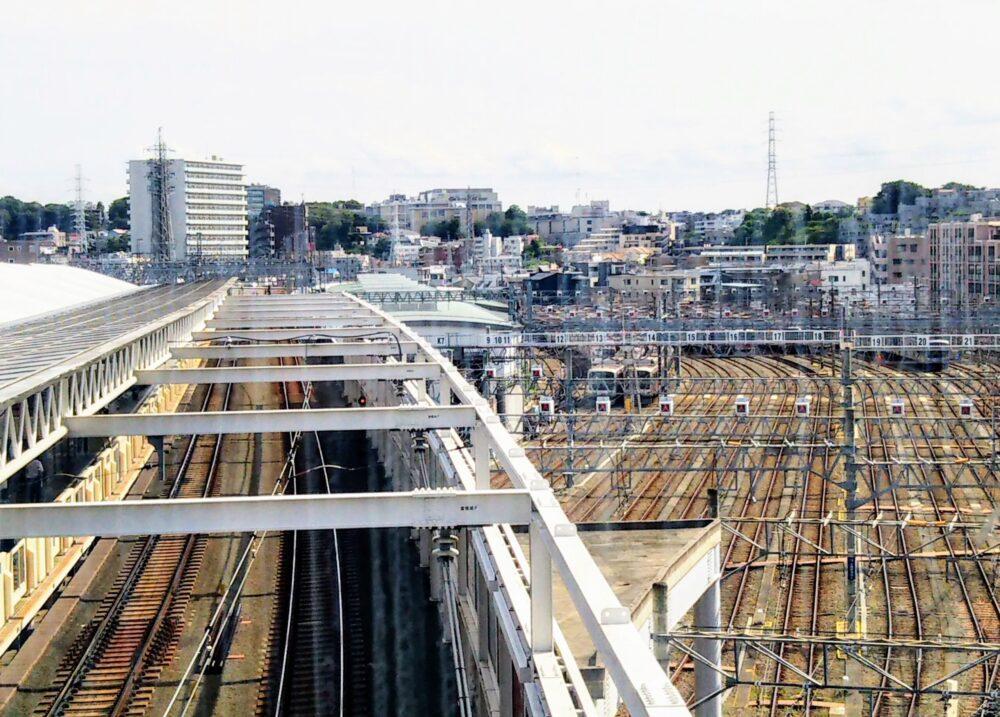 東急線の元住吉駅の改札フロアで見える車両基地