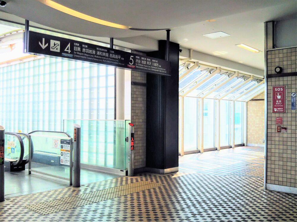 東急線の元住吉駅の改札フロア