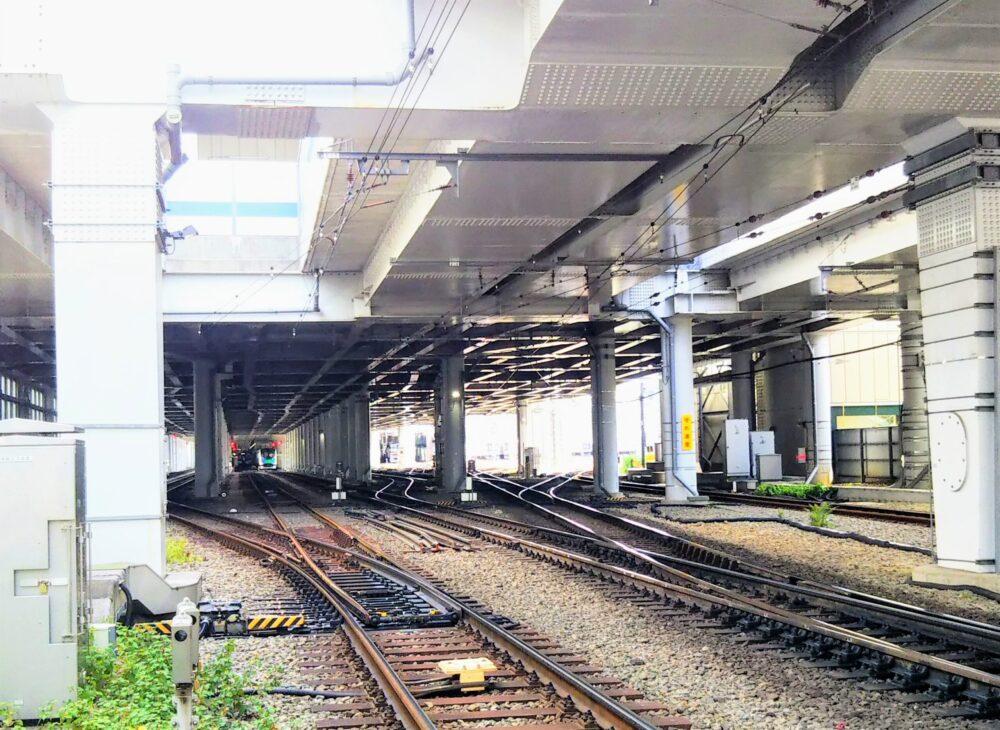 東急線の元住吉駅の改札階下に停車している西武線の電車