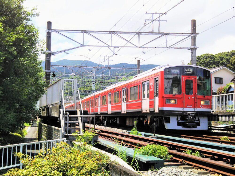 箱根登山鉄道の風祭駅に停車する電車