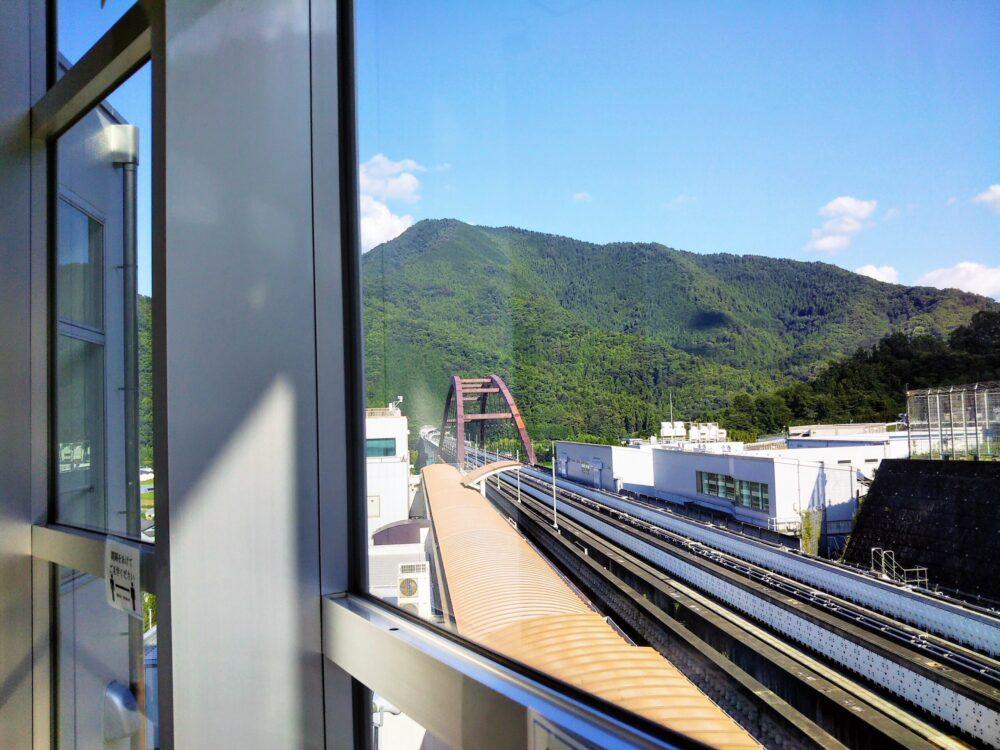 山梨県立リニア見学センター|わくわくやまなし館の3階から見えるリニア実験線