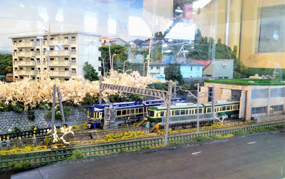 江ノ電 江ノ島駅の待合室にある鉄道模型(江ノ電の車両基地)