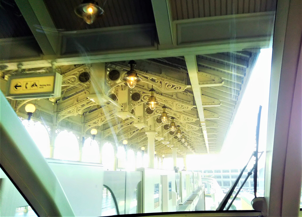 ディズニーリゾートライン 先頭車両の最前列から見える景色(シャンデリアの駅舎)