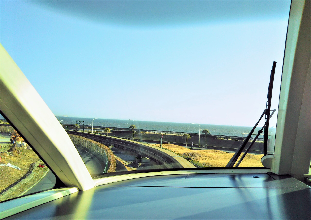 ディズニーリゾートライン 先頭車両の最前列から見える景色(海側)