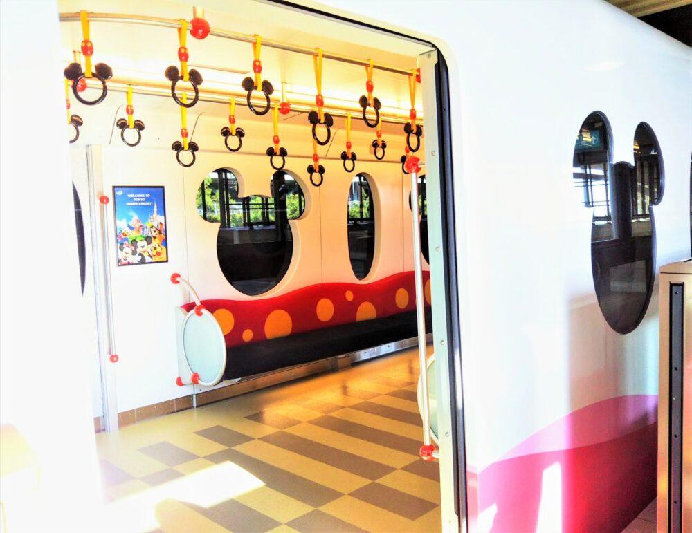 ディズニーリゾートライン 新型車両「リゾートライナー(Type‐C)」ピンク色の車内(つり革や窓の形がミッキー)