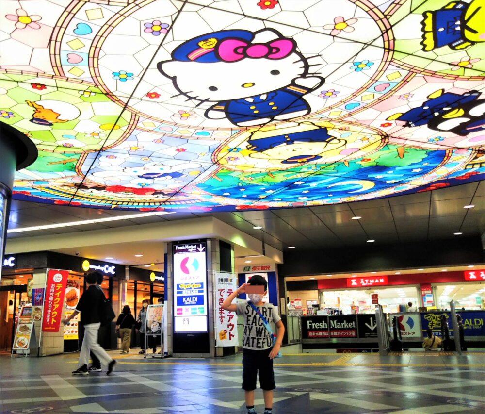 京王多摩センター駅の天井にあるサンリオ画と子供