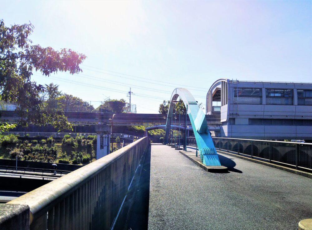 多摩モノレールが見える山根入歩道橋