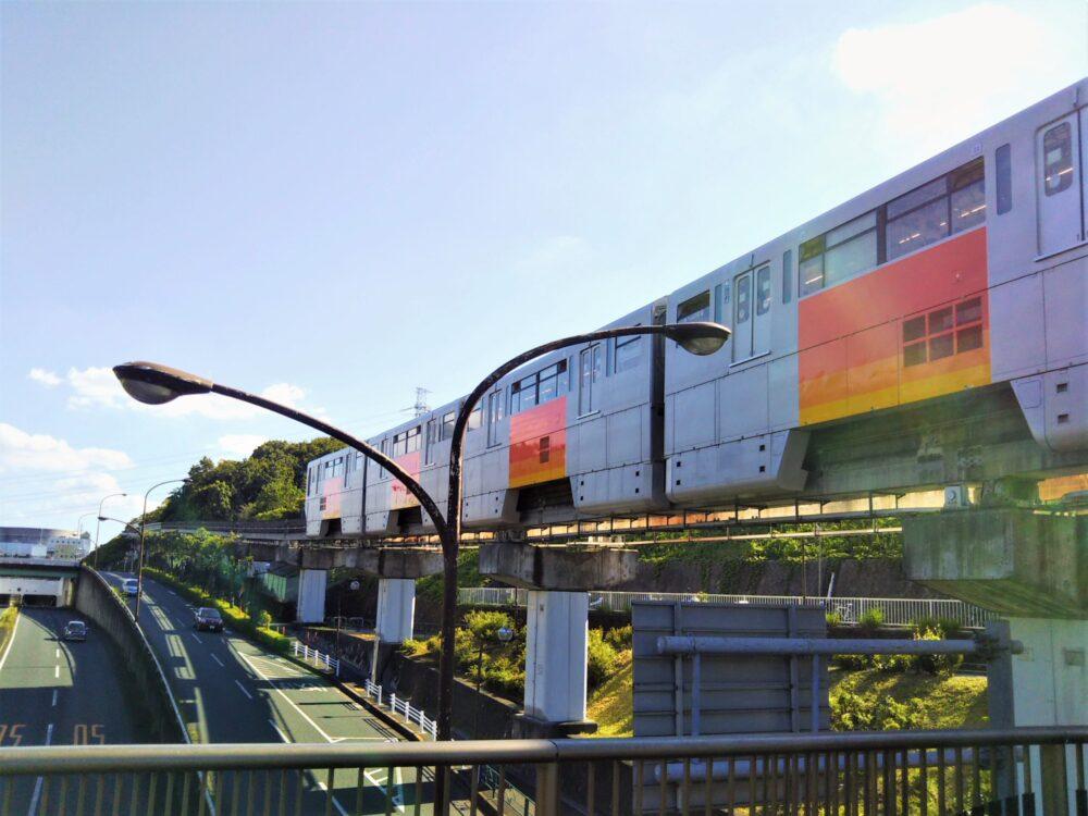 多摩モノレール|松が谷駅を発車して多摩センターへ