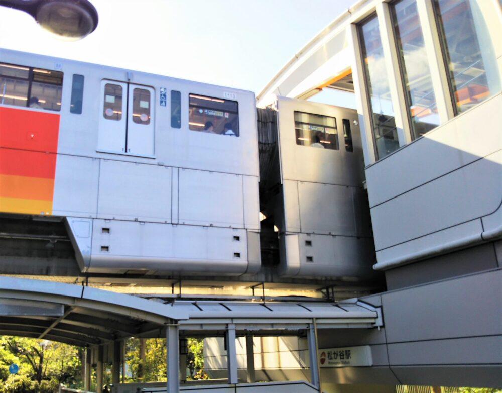 多摩モノレール|松が谷駅を発車