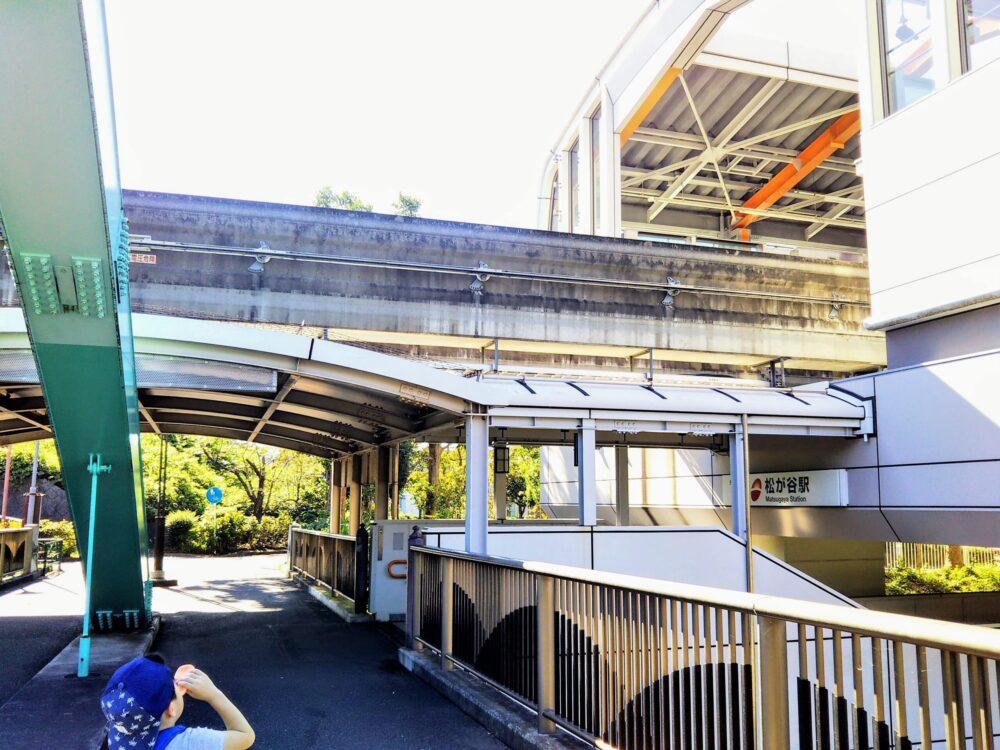 多摩モノレール|松が谷駅前の橋にいる子供
