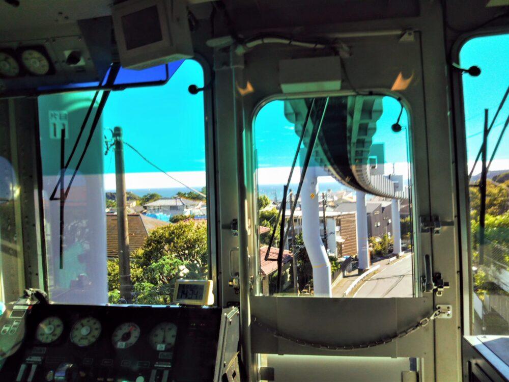 湘南モノレール 先頭車両から見える景色(住宅街と海)