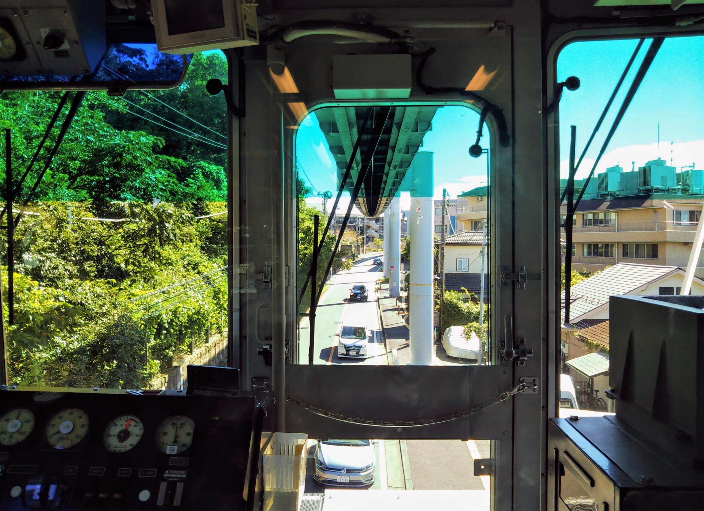 湘南モノレール 先頭車両から見える景色(住宅街と車)