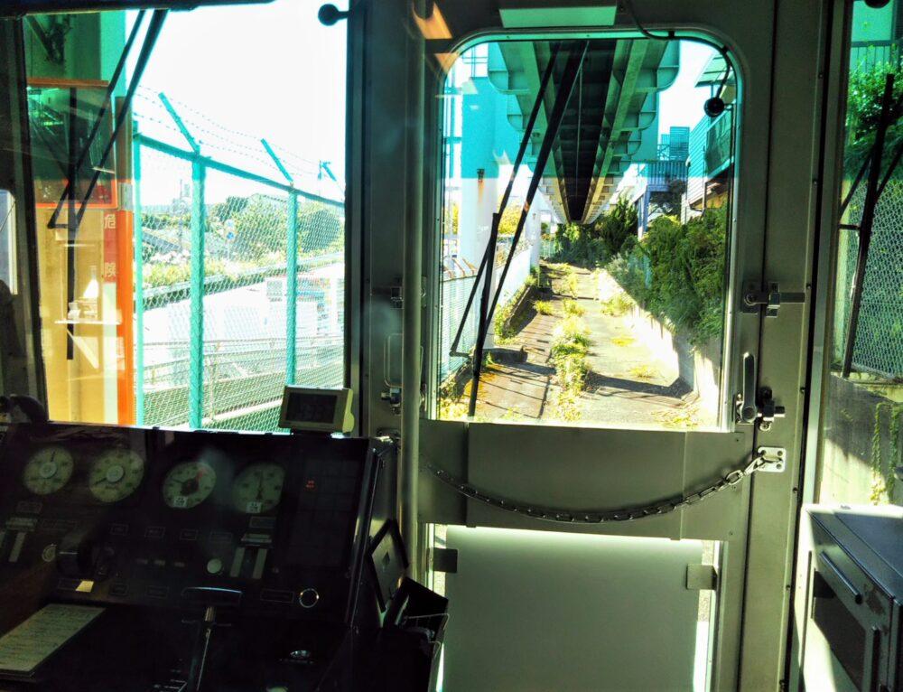 湘南モノレール 先頭車両から見える景色(駅に停車中)